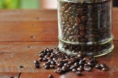 Koffiebes op houten lijst Stock Foto's