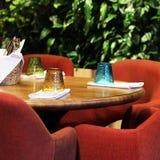 Koffiebinnenland met leunstoelen en glas Stock Foto's
