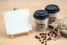 Koffiebonen, beschikbaar vaatwerk stock afbeeldingen
