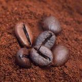 Koffiebonen bij geroosterde koffiehoop Royalty-vrije Stock Afbeeldingen