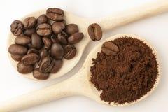 Koffiebonen bij het koken van lepel Royalty-vrije Stock Afbeeldingen