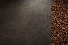 Koffiebonen bij lijst Royalty-vrije Stock Fotografie
