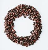 Koffiebonen, bonen in de vorm van cirkel met beschikbare ruimte binnen op wit geïsoleerde achtergrond, hoogste mening stock afbeeldingen