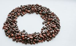 Koffiebonen, bonen in de vorm van cirkel met beschikbare ruimteinsi stock foto