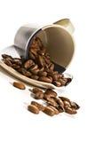 Koffiebonen in bruine kop stock afbeeldingen