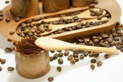 Koffiebonen in de houten kom Stock Fotografie