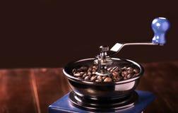 Koffiebonen in de koffiemolen op houten raad Royalty-vrije Stock Foto