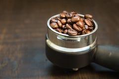 Koffiebonen in de koffietablet Stillevensstijl Stock Foto
