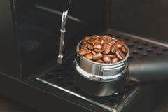 Koffiebonen in de koffietablet Stillevensstijl en Wijnoogst Stock Afbeelding