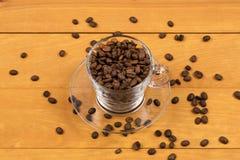 Koffiebonen in de kop stock fotografie