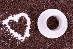 Koffiebonen in de kop op witte achtergrond Stock Afbeeldingen