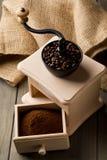 Koffiebonen in de molen van de koffieboon met het poeder van de grondkoffie Royalty-vrije Stock Foto