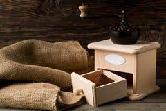 Koffiebonen in de molen van de koffieboon met het poeder van de grondkoffie Royalty-vrije Stock Fotografie