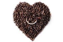 Koffiebonen in de vorm van een groot hart met mok Stock Foto's