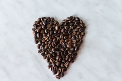 Koffiebonen in de vorm van hart op een witte achtergrond Stock Foto's