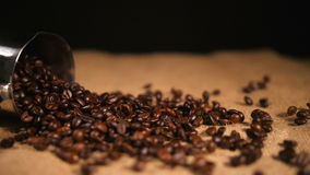 Koffiebonen die bij het In zakken doen van Cezve vallen stock footage