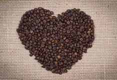 Koffiebonen die een hart vormen Stock Afbeelding
