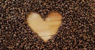 Koffiebonen die gevormd hart vormen stock videobeelden