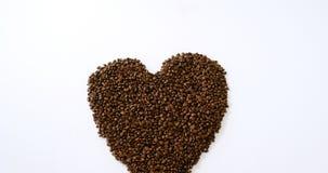 Koffiebonen die gevormd hart vormen stock footage
