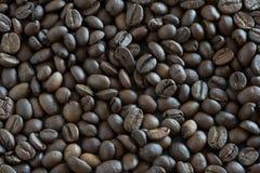 Koffiebonen door close-up Achtergrond van koffiebonen stock foto