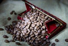 Koffiebonen in een beurs Stock Afbeeldingen