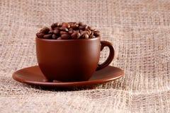Koffiebonen in een kop Stock Afbeelding