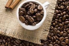 Koffiebonen in een kop hoogste mening Stock Afbeeldingen