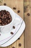 Koffiebonen in een Kop op hout Royalty-vrije Stock Afbeeldingen