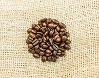 Koffiebonen in een rond gemaakte vorm Stock Foto's