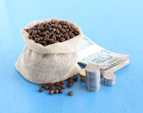 Koffiebonen in een Zak en Indische Roepies en Muntstukken royalty-vrije stock foto's