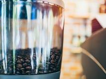 koffiebonen in elektrische koffiemolen royalty-vrije stock foto