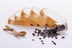 Koffiebonen en Brood, op witte achtergrond Royalty-vrije Stock Fotografie