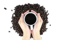 Koffiebonen en de hand van de Koffiedrank Royalty-vrije Stock Afbeeldingen