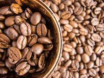 Koffiebonen en de mening van de koffiekop van hierboven Stock Foto