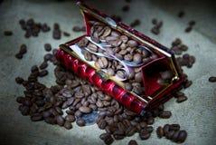 Koffiebonen en geld in een beurs Royalty-vrije Stock Foto's