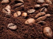 Koffiebonen en gemengde grondkoffie Stock Foto's