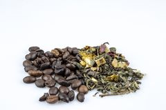 Koffiebonen en groene losse die thee op witte achtergrond worden geïsoleerd stock foto's