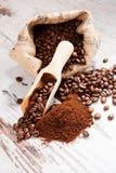 Koffiebonen en grondkoffie. royalty-vrije stock foto's