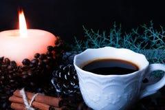 Koffiebonen en kaars stock foto