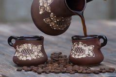 Koffiebonen en koppen Stock Afbeeldingen