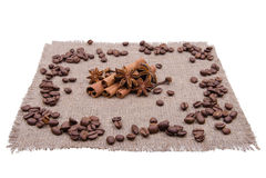 Koffiebonen en kruiden op een servet Stock Foto's