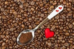 Koffiebonen en rode harten Wij houden van koffie Verse koffie reclame Royalty-vrije Stock Afbeelding