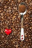 Koffiebonen en rode harten Wij houden van koffie Verse koffie reclame Royalty-vrije Stock Afbeeldingen
