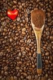 Koffiebonen en rode harten Wij houden van koffie Verse koffie reclame Stock Afbeeldingen