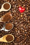 Koffiebonen en rode harten Wij houden van koffie Verse koffie reclame Stock Foto