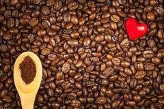 Koffiebonen en rode harten Wij houden van koffie Verse koffie reclame Stock Fotografie