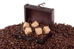Koffiebonen en suikerstukken Stock Afbeeldingen