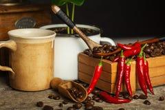 Koffiebonen en verse Spaanse peperpeper Handel in gewassen Adverteer voor koffiewinkel Royalty-vrije Stock Afbeelding