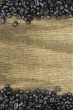 Koffiebonen en zakachtergrond Royalty-vrije Stock Foto