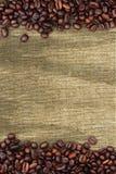 Koffiebonen en zakachtergrond Royalty-vrije Stock Fotografie